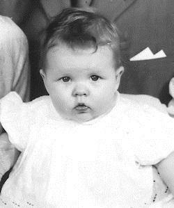 Här är jag ca 5 månader. Tjock och butter och tiderna är inte gladare så här 50 år senare. Det var kanske gullgt då, men det är det inte nu.
